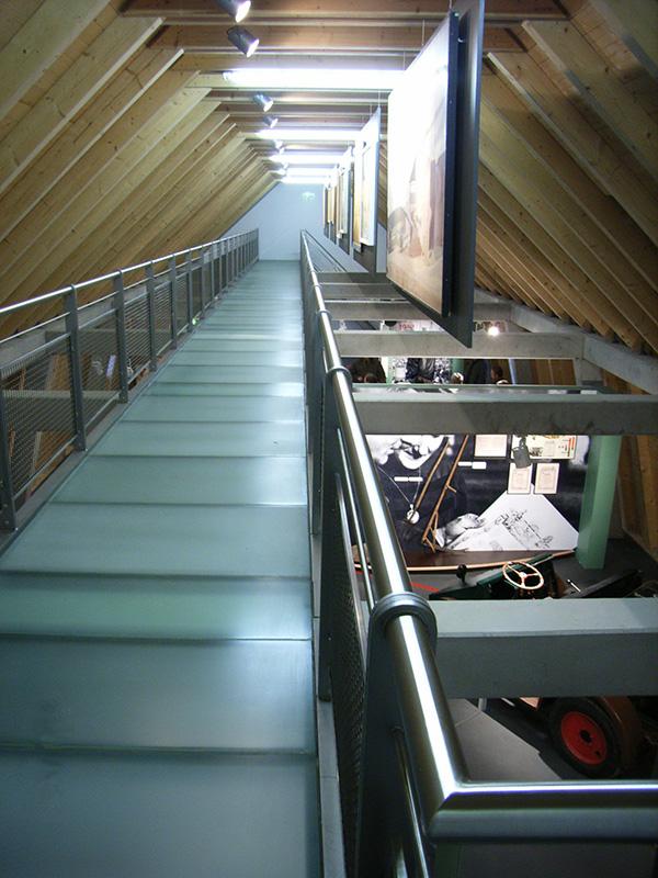 DLM-Blankenhain-Glasgalerie-mit-Blick-in-die-Ausstellung-von-oben